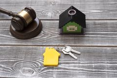 Un marteau du ` s de juge, une maison, clés au logement avec un keychain sous la forme image libre de droits