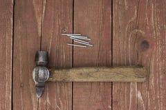 Un marteau et clous Images stock