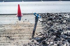 Un marteau piqueur au milieu de la route Photo stock