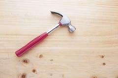 Un marteau sur une table en bois Photos libres de droits