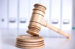 Un martelletto e una tavola armonica di legno del giudice isolati su fondo bianco nella prospettiva Immagine Stock Libera da Diritti