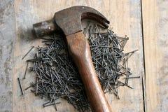 Un martello e un chiodo Fotografie Stock