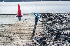 Un martello pneumatico in mezzo alla strada Fotografia Stock