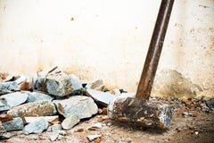 Un martillo usado para demoler el suelo de baldosas y la pared concretos de la casa antes de la renovaci?n Él pesado y mismo fotos de archivo
