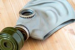 Un masque de gaz se trouve sur un fond en bois Photos stock