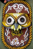 Un masque horrible de hibou accrochant sur le mur d'institut d'art Images stock