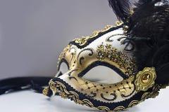 Un masque vénitien typique de carnaval, or avec le noir, est reflété dans le miroir Image libre de droits
