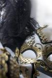 Un masque vénitien typique de carnaval, or avec le noir, est reflété dans le miroir regard dans un miroir Photographie stock