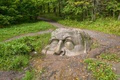 Un masso di pietra sotto forma della testa, parco Sergievka fotografia stock libera da diritti