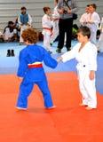 Un match dans un concours national de judo Drapeau national de la Roumanie, bleu, jaune, rouge Photographie stock