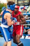Un match de boxe entre le gagnant de la coupe du monde 2014 ans en enfermant dans une boîte Yordan Hernandes, le Cuba, et Daniel  Photos stock