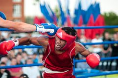 Un match de boxe Osleys Iglesias, Cuba et Salah Mutselkhanov, Russie Victory Osleys Iglesias Image stock