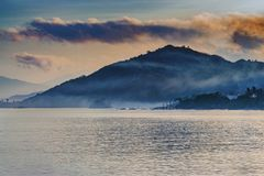 Un matin brumeux de matin Photographie stock