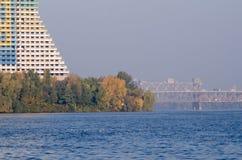 Un matin lumineux d'automne sur la rivière de ville photographie stock libre de droits