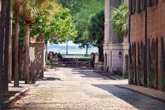 Un mattone ha allineato la via che conduce all'oceano a Charleston, Carolina del Sud Fotografia Stock