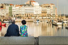 Un maturo - coppie senior che si siedono insieme guardando la visualizzazione dalla porta in La Coruña, Spagna fotografia stock