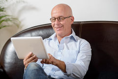 Un mayor mira una tableta digital Imágenes de archivo libres de regalías
