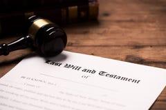 Un mazo encima de un contrato pasado de la voluntad y del testamento fotografía de archivo