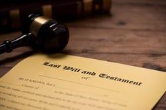 Un mazo encima de un contrato pasado de la voluntad y del testamento fotos de archivo libres de regalías