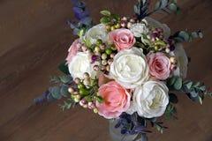Un mazzo dei fiori artificiali in un vaso, decorazione 7 Immagini Stock
