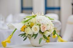 Un mazzo dei fiori in un vaso Fotografia Stock