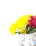 Un mazzo dei gigli gialli e del alstroemeria rosso Fotografie Stock Libere da Diritti