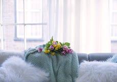 Un mazzo dei tulipani freschi rosa e giallo sul sofà nel salone alla grande finestra Fiori di fioritura la cartolina e libera fotografia stock libera da diritti