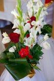 Un mazzo delle rose rosse e bianche e del gladiolo Immagini Stock