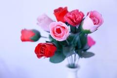 Un mazzo delle rose rosse e rosa Fotografie Stock Libere da Diritti