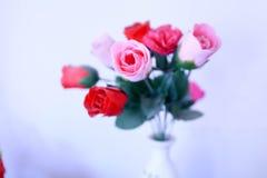 Un mazzo delle rose rosse e rosa Fotografia Stock Libera da Diritti