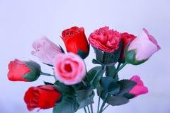 Un mazzo delle rose rosse e rosa Immagini Stock Libere da Diritti