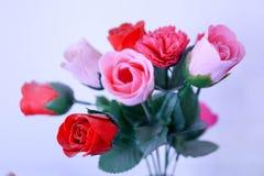 Un mazzo delle rose rosse e rosa Fotografia Stock
