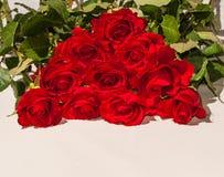 Un mazzo delle rose rosse su un fondo bianco Fotografia Stock Libera da Diritti
