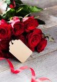 Un mazzo delle rose rosse su una tavola fotografia stock