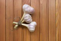 Un mazzo di aglio sulla tavola di legno Fotografia Stock