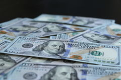 Un mazzo di 100 banconote in dollari su fondo nero Immagini Stock