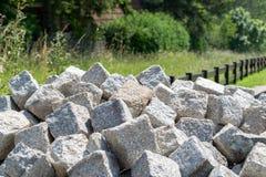 Un mazzo di blocchi di pietra pronti per ricostruzione Immagini Stock