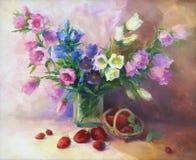 Un mazzo di bluebells con gli srawberries Immagini Stock