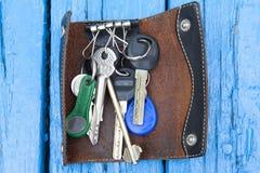 Un mazzo di chiavi su un bordo di legno blu immagini stock libere da diritti
