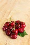 Un mazzo di ciliege fresche, con una foglia Fotografie Stock