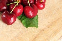 Un mazzo di ciliege fresche, con una foglia Fotografia Stock Libera da Diritti