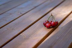 Un mazzo di ciliege su una superficie di legno della tavola Fotografia Stock