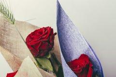 Un mazzo di due rose rosse su un fondo bianco Immagine Stock Libera da Diritti