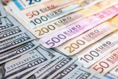 un mazzo di due valute principali - le banconote dell'euro e del dollaro americano Fotografia Stock Libera da Diritti