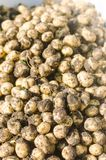 Un mazzo di giovani patate gialle fresche sul primo piano del campo, agricoltura, coltivando, lavoro stagionale, verdure, in cond Fotografia Stock Libera da Diritti