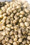 Un mazzo di giovani patate gialle fresche sul primo piano del campo, agricoltura, coltivando, lavoro stagionale, verdure, in cond Fotografie Stock