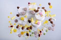 Un mazzo di grandi pillole gialle bianche e molte piccole Fotografie Stock