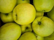 Un mazzo di mele sulla tavola fotografia stock