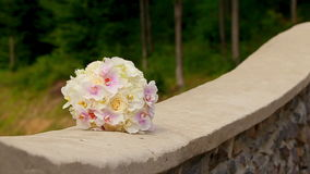 Un mazzo di nozze su una parete di pietra stock footage