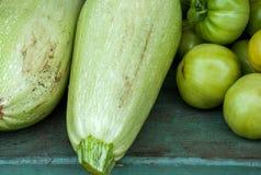 Un mazzo di pomodori e di zucchini acerbi verdi Immagini Stock Libere da Diritti